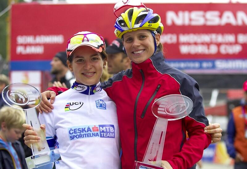 Nissan UCI MTB World Cup XC #9 - Schladming 14.9. 2008 - Tereza Hu��kov� s Kate�inou Nash s cenn�mi trofejemi