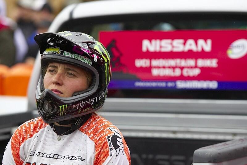 Nissan UCI MTB World Cup DH #7, Schladming 13.9. 2009 - Sabrina Jonier je jako na trní, bedlivě sleduje své soupeřky