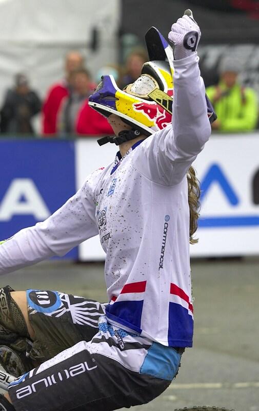 """Nissan UCI MTB World Cup DH #7, Schladming 13.9. 2009 - Rachel Atherton v cíli. Má letošní """"dabl"""" tedy titul mistryně světa a světový pohár"""
