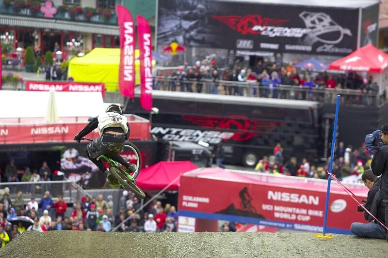 Nissan UCI MTB World Cup DH #7, Schladming 13.9. 2009 - téměř čistý table si na závěrečném skoku dal Cedric Gracia