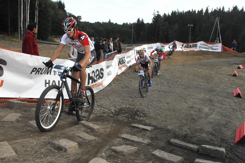 Merida Bike Vyso�ina '08 - sprint: Jirka Nov�k vede vl��ek skrz kamenitou sekci