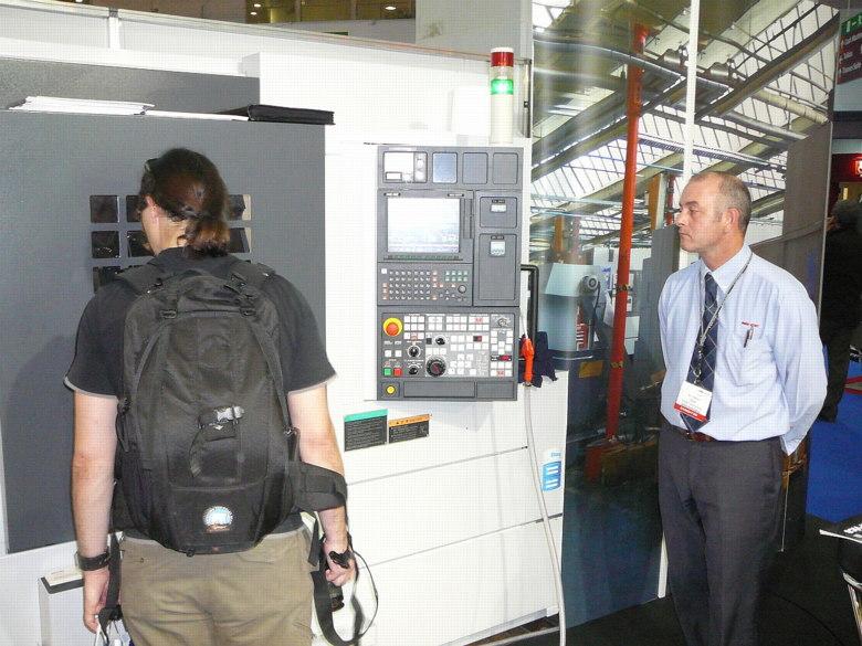 Cycle Show London 2008 - CNC mašina přímo na výstavní ploše, foto: Petr Slavík