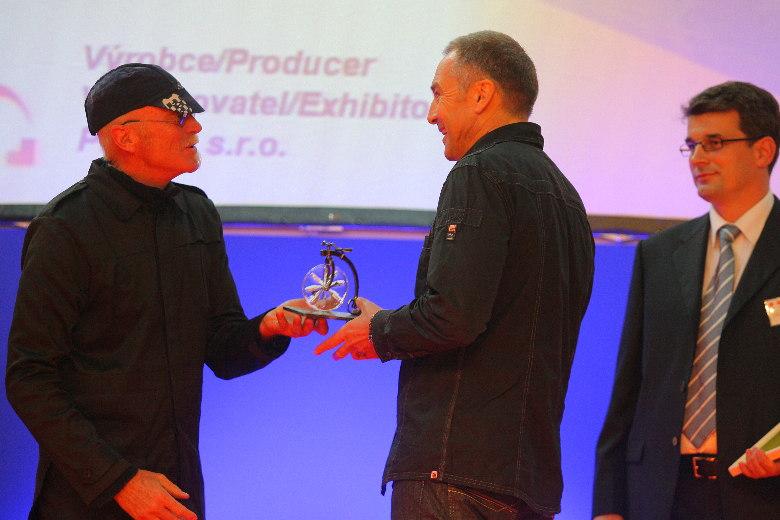 Sport Life 2008, předání cen Bike Brno Prestige, 6. 11. Brno - Libor Petřvaldský přebírá cenu od G. Fishera