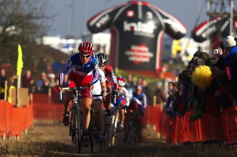 Světový pohár v cyklokrosu - Tábor 26.10.2008 - Maryline Salvetat v čele balíku žen