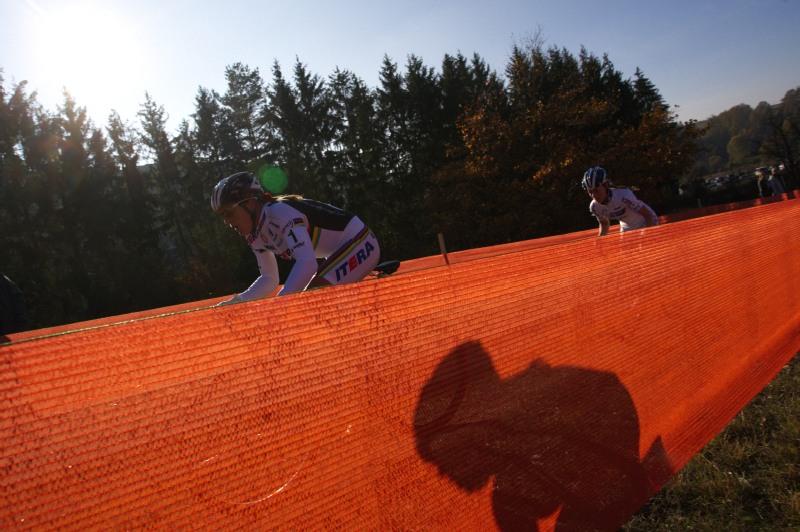 Světový pohár v cyklokrosu - Tábor 26.10.2008 - Hanka Kupfernagel ujíždí van den Brand