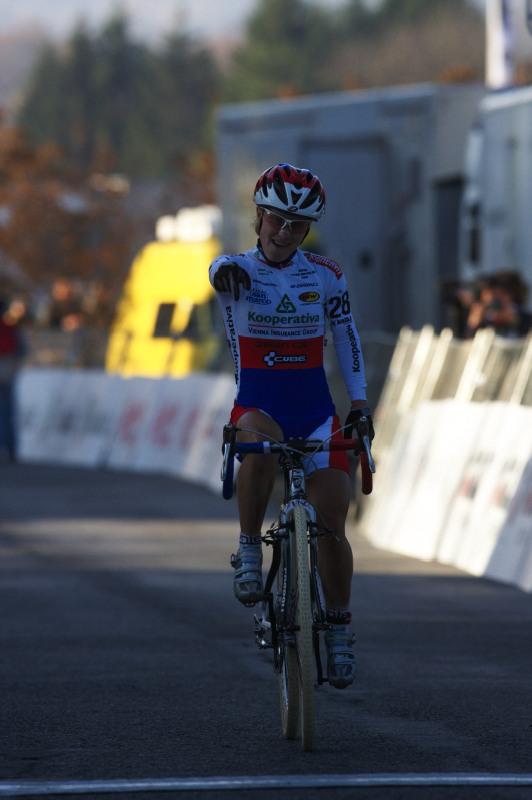 Světový pohár v cyklokrosu - Tábor 26.10.2008 - radost Pavly Havlíkové na cílové pásce