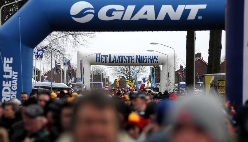 MS Cykokros - Hoogerheide 2009: davy prodící k trati v neděli dopoledne