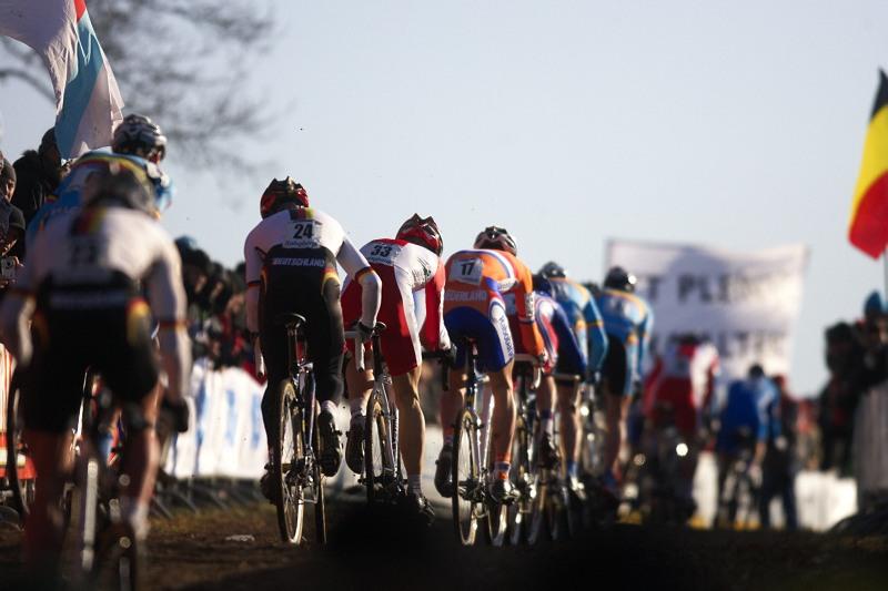 Mistrovstv� sv�ta Cyklokros, Hoogerheide/NIZ - 31.1. 2009 - d�ky tvrd� trati a absenci techniky z�st�vaj� dlouho velk� skupiny z�vodn�k�