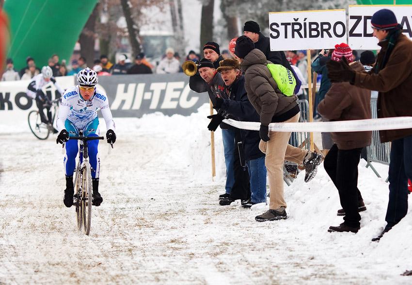 Mistrovství ČR cyklokros - Kolín 10.1. 2009 - a Štyby už krajuje první metry svého náskoku, foto: Miloš Lubas