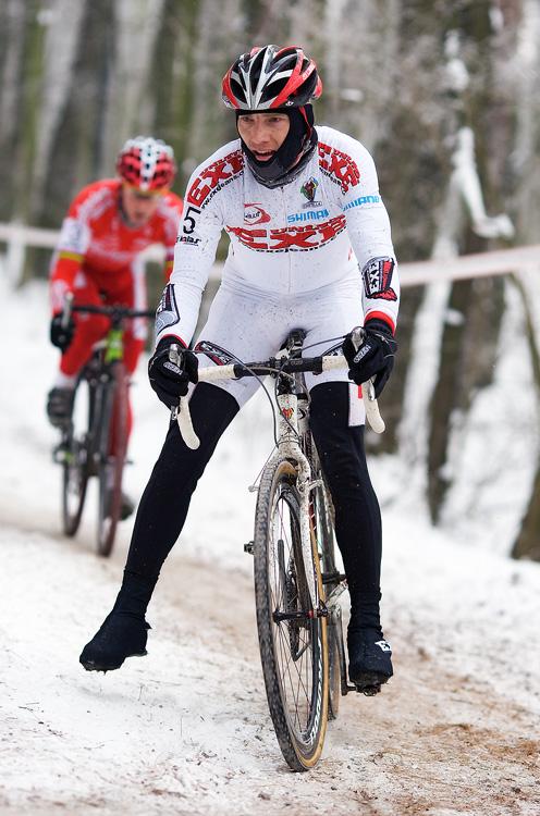 Mistrovství ČR cyklokros - Kolín 10.1. 2009 - Kamil Ausbuher raději na jistotu, foto: Miloš Lubas