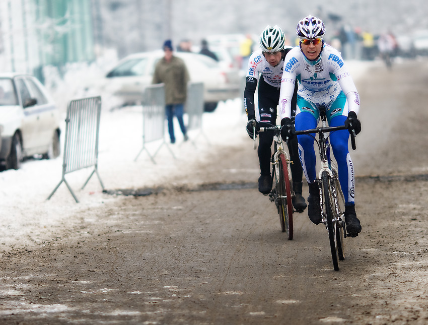 Mistrovství ČR cyklokros - Kolín 10.1. 2009 - bojující Dlask se Šimůnkem , foto: Miloš Lubas