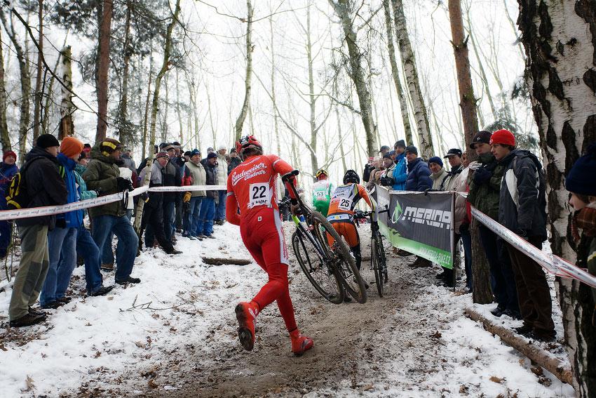Mistrovství ČR cyklokros - Kolín 10.1. 2009 - fanoušci v technické pasáži, foto: Miloš Lubas