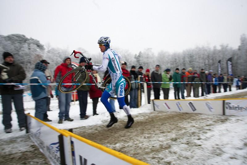 Mistrovství ČR cyklokros - Kolín 10.1. 2009 - Zdeněk Štybar skáče do posledního okruhu