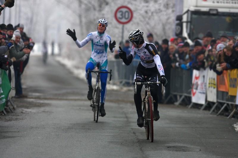 Mistrovství ČR cyklokros - Kolín 10.1. 2009 - těžko říct co znamenají gesta 2. Šimůnka a 3. Dlaska