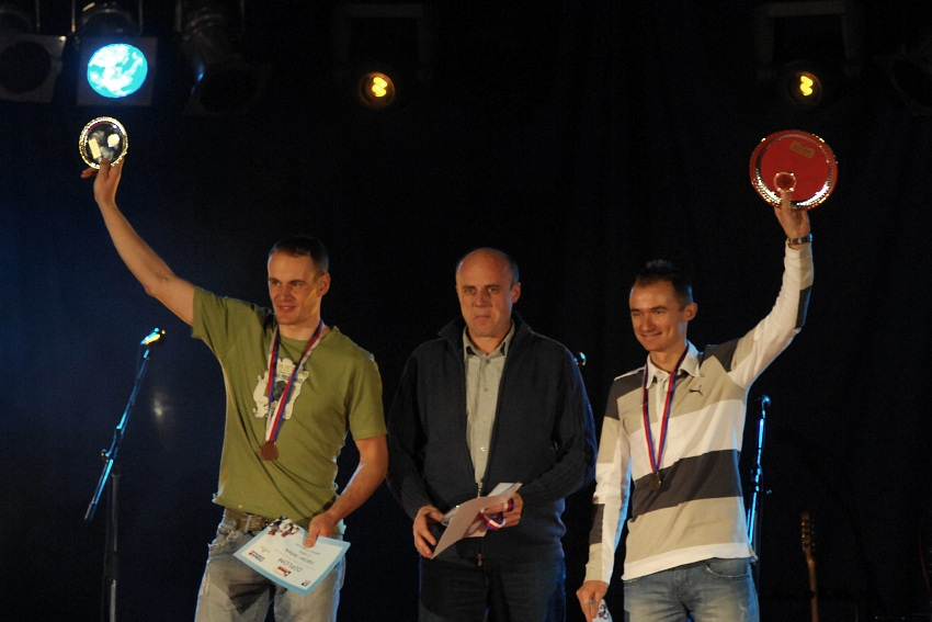 Fin�lov� ve�er KP� '08: nejlep�� mu�i poh�ru: 1. Jan Hru�ka, 2. Pavel Zerzan (v zastoupen� Ji��ho Lutovsk�ho), 3. V�clav Je�ek