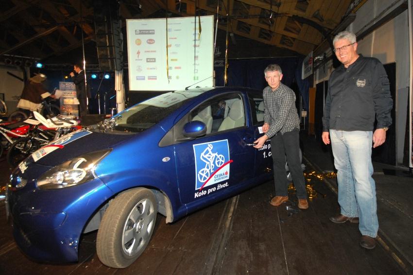 Finálový večer KPŽ '08: pan Dolák předává výherci hlavní cenu Finálové hry KPŽ - Toyotu Aygo