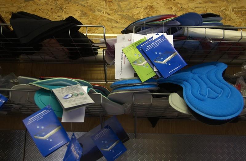 Lawi - výroba cyklistického oblečení - všude kolem visí vzorky. Desítky vzorků!
