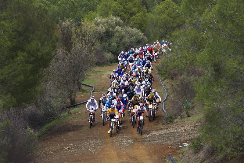 Sunshine Cup #2 - Afxentia Stage Race 2009, Kypr - start poměrně našlapaného balíku mužů