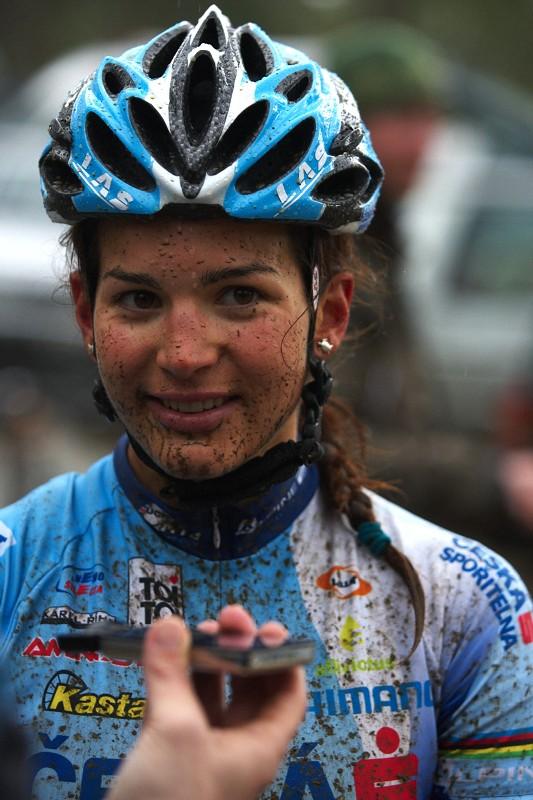 Sunshine Cup #2 - Afxentia Stage Race 2009, Kypr - Tereza Hu��kov� p�i rozhovoru pro n�meck� Bike Sport News
