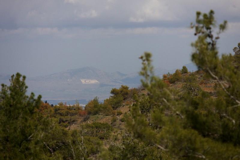 Sunshine Cup #2 - Afxentia Stage Race 2009, Kypr - z nejvyššího bodu okruhu XCO je vidět do turecké části Kypru, tato obří vlajka se nachází nad rozdělenou Nicosií