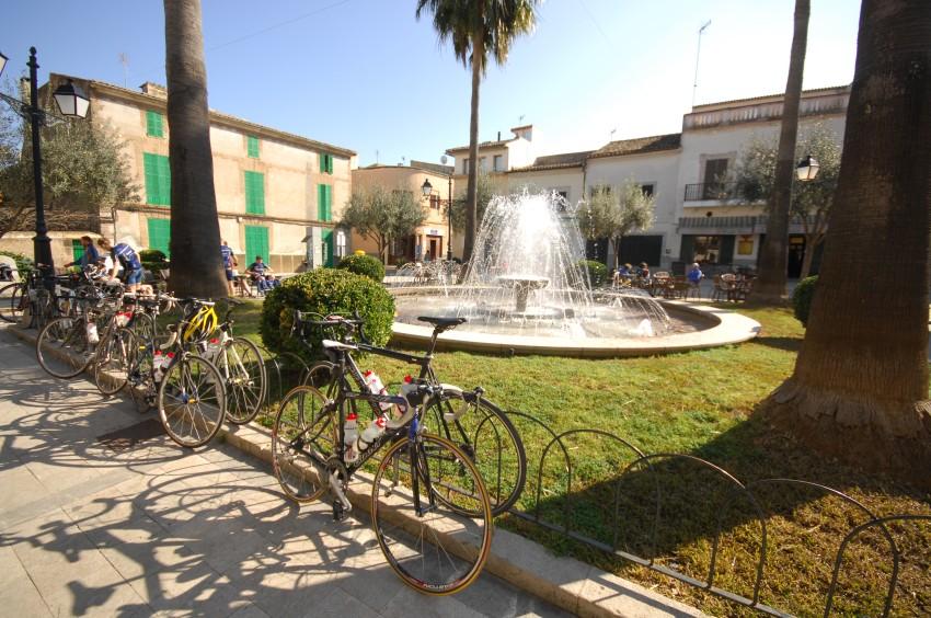 Najíždění kilometrů na Mallorce obrazem: cyklistické náměstí v Petře