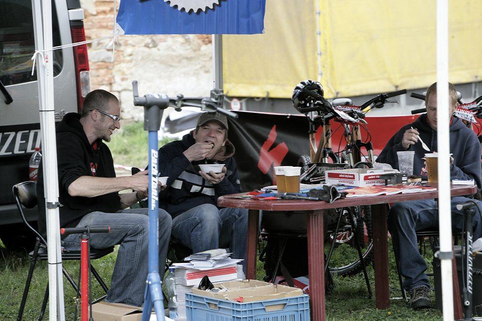 Velo Test Fest 2009 pánové se Spešlu obědvají
