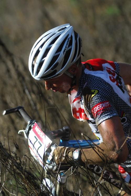 SP XC #1 2009 - Pietermaritzburg /RSA/: Matouš Ulman vytahuje kolo ze křoví