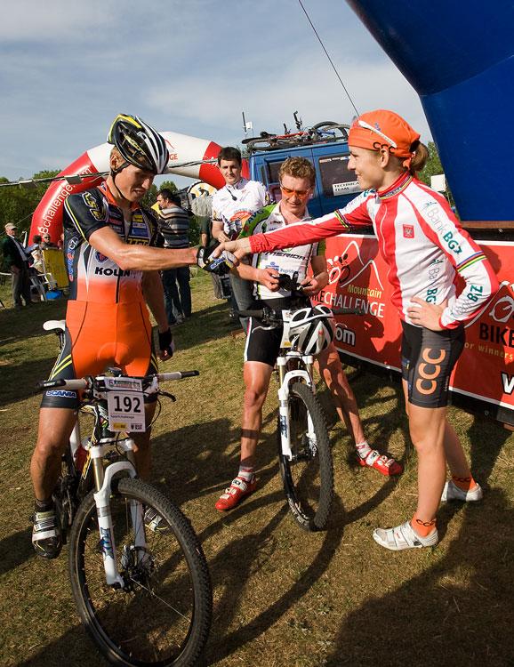 Maja Wloszczowska MTB Race - Jelenia Góra 9.5. 2009 - Filip Eberl přebírá gratulaci od hostitelky Maji