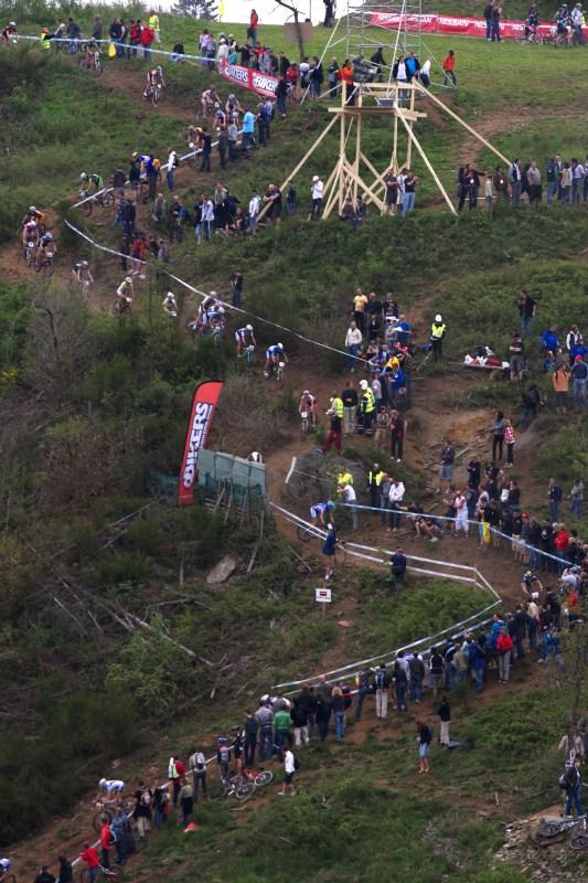 Nissan UCI MTB World Cup XC #3 - Houffalize 2.-3.5. 2009 - při zaváděcím kole se technický úsek ucpával