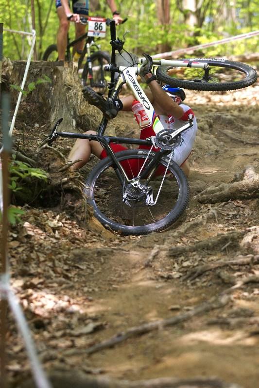 """Nissan UCI World Cup #2 Offenburg /GER/ 25.4.2009, pasáž """"Snake Pit"""" a její nástrahy v podobě vyčnívajících kořenů"""