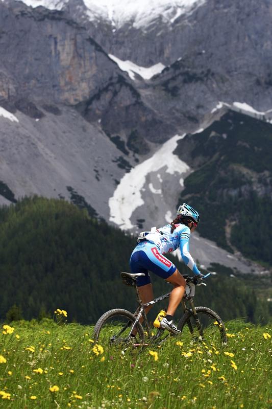 Alpentour Trophy, Schladming /AUT/ - 1. etapa, 29.5. 2009 - Tereza Huříková po dachsteinským masívem
