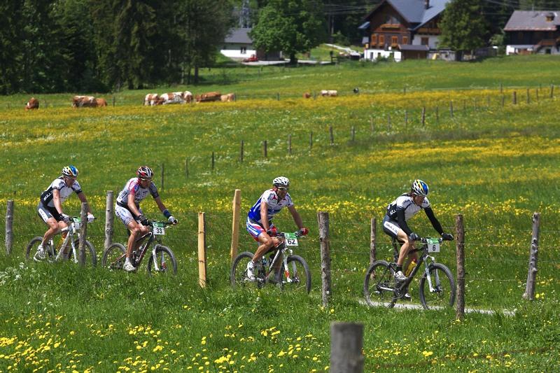 Alpentour Trophy, Schladming /AUT/ - 1. etapa, 29.5. 2009 - skupinka favorit� v �ele se Stefanam Sahmem