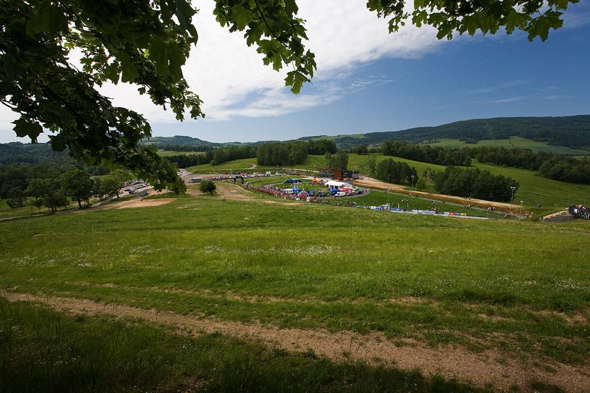 Okololiberce ČP#2 1/2XCM - pohled na areál ve Vesci z nejvyššího místa