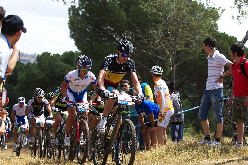 Nissan UCI MTB World Cup XC #4 - Madrid 24.5. 2009 - Roel Paulissen a Burry Stander v �ele skupiny v prvn�m kole
