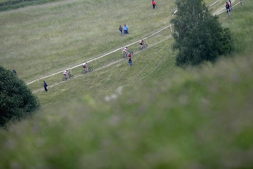 ČP MTB XC #3 2009 - Okrouhlá: stoupání po louce