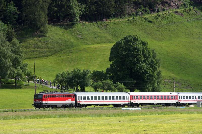 Alpentour Trophy, Schladming /AUT/ - 3. etapa 31.5. 2009 - balík měl po startu štěstí, vlak projel cyklistům doslova za p....