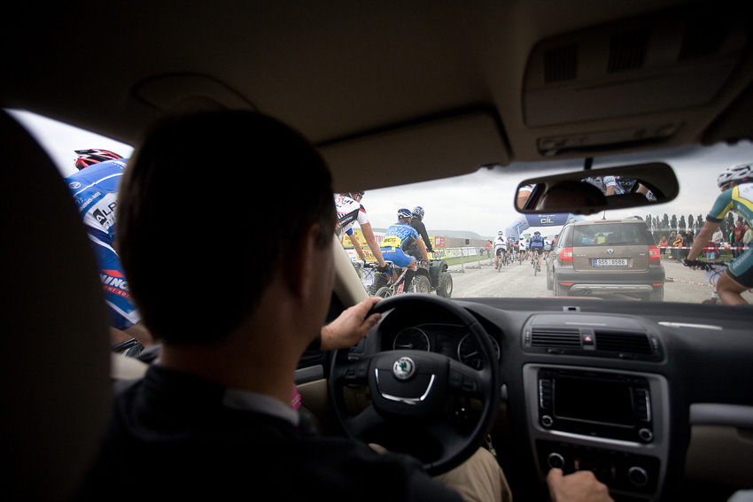 KPŽ Praha-Karlštejn 2009 - prodírání čela závodu přes ty, kteří ještě nestačili odstartovat