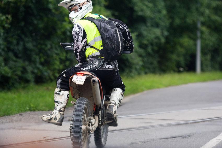 KPŽ Praha-Karlštejn 2009 - Pepa Dressler v nezvyklé roli na zaváděcí motorce