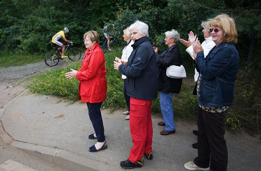 KPŽ Praha-Karlštejn 2009 - skupinka německých důchodkyň si krátí čas fanděním poté, co se jim porouchal busík
