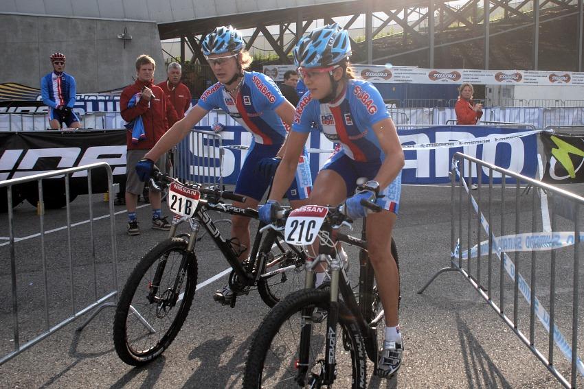 Mistrovství Evropy MTB XC 2009 - Zoetermeer /NED/ - týmové štafety: Josef Kamler předává Tereze Huříkové