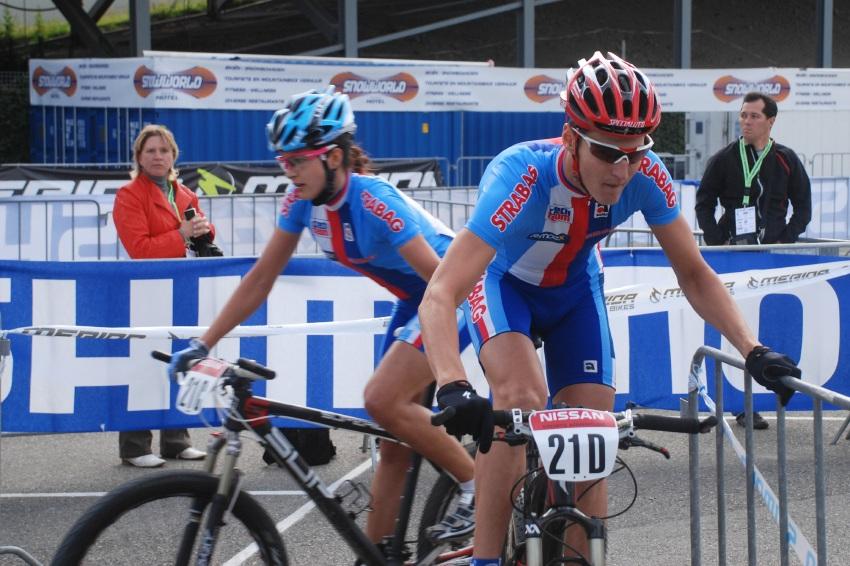 Mistrovství Evropy MTB XC 2009 - Zoetermeer /NED/ - týmové štafety: Tereza Huříková předává Jaroslavu Kulhavému