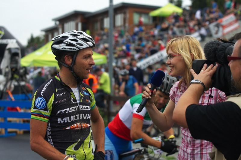 Merida Bike Vysočina 2009 - sprint - Ralph Näf dává rozhovor pro Českou televizi