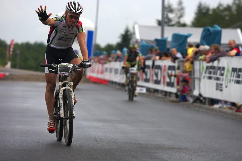 Merida Bike Vysočina 2009 - sprint - Jiří Friedl vítězí v malém finále, z gesta je však patrné, že by se raději viděl jinde...
