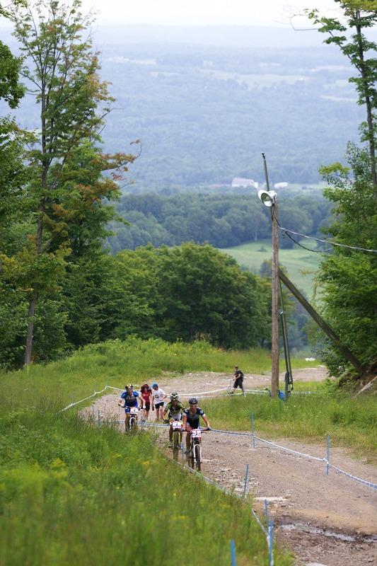 Nissan UCI MTB World Cup XCO #6 - Bromont /KAN/ 2.8. 2009 - první trojice dam se blíží na nejvyšší bod okruhu - Byberg, Kalentieva, Pendrel