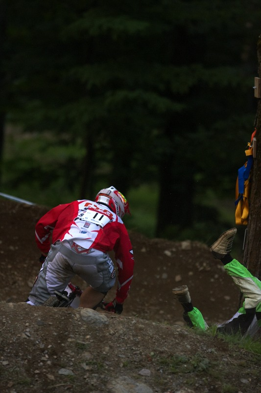 Nissan UCI MTB World Cup 4X/DH #7 - Bromont 1.8. 2009 - Tomáš Slavík se právě zbavil jednoho ze soupeřů