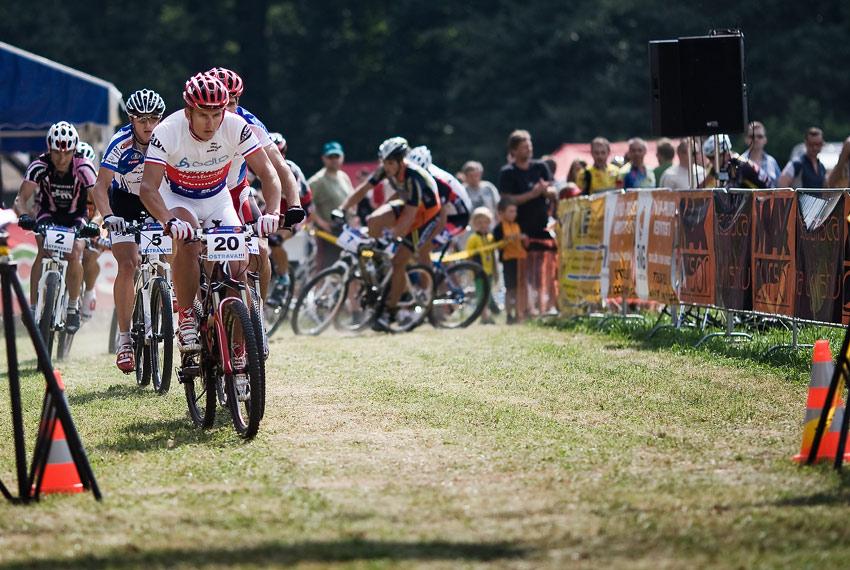 Ostravský Chachar 2009 - Pavel Boudný vede celé startovní pole při zaváděcím kole