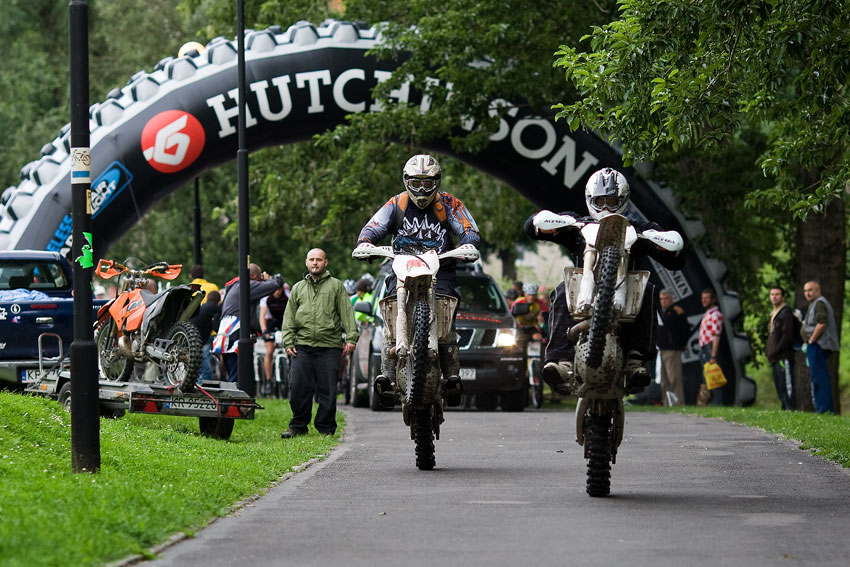 Bikechallenge 2009 - pol�t� motork��i se v�ce p�edv�d�li, ne� zav�d�li z�vodn�ky na trati...