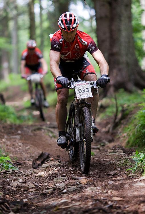 Bikechallenge 2009 - Michal Demjanovi� a jako st�n za n�m jede par��k Jirka Slab�
