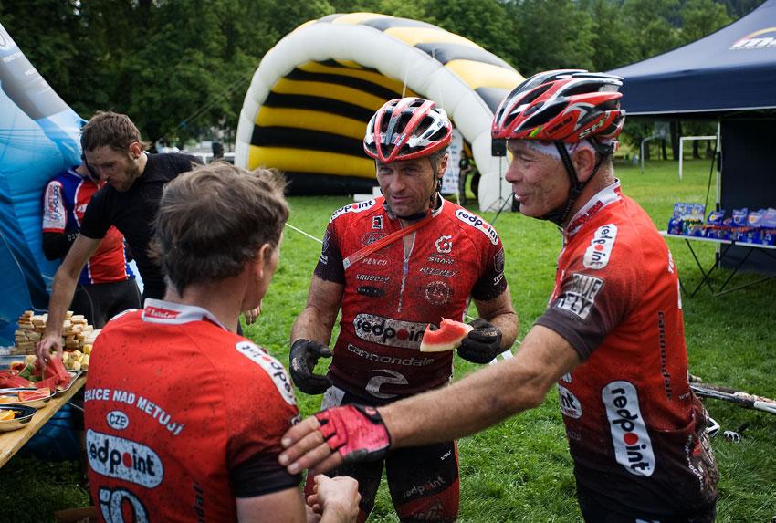 Bikechallenge 2009 - Tomáš Čada (zády), Michal Demjanovič a Jirka Slabý po etapě plný dojmů---