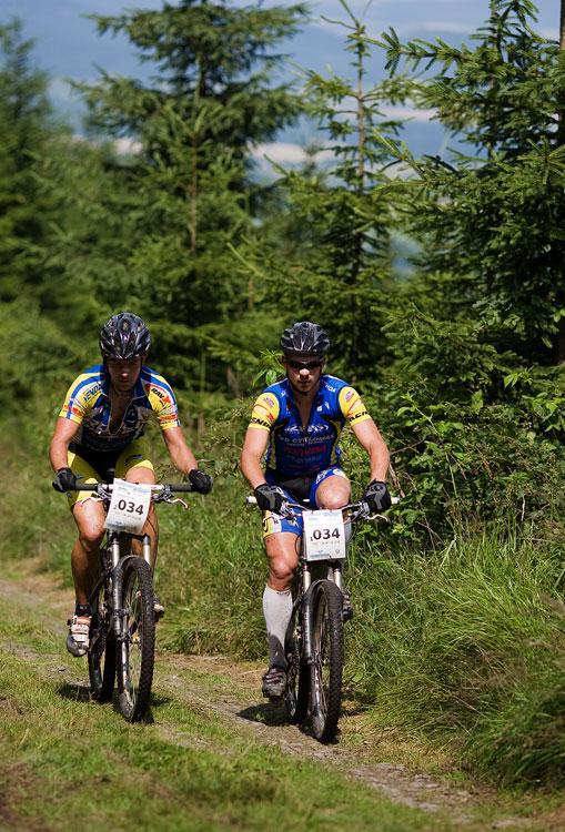 Bikechallenge 2009 - Franta Žilák a Petr Sulzbacher stoupají na vršky Zlatých hor